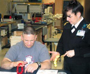 Skadd militærsoldat får øvet opp gripekraften av en ergoterapeut