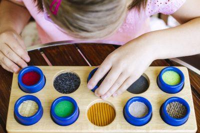 Jente får visuell stimulans via lek